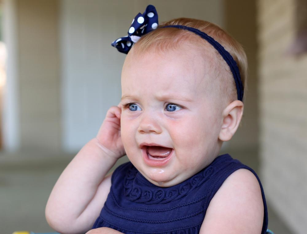 infection de l'oreille symptômes chez les enfants