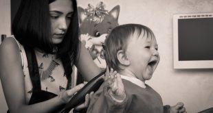 coupe des cheveux du bébé
