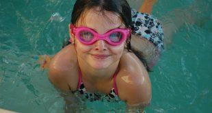 les bienfaits, les risques et les précautions de la natation pour les enfants